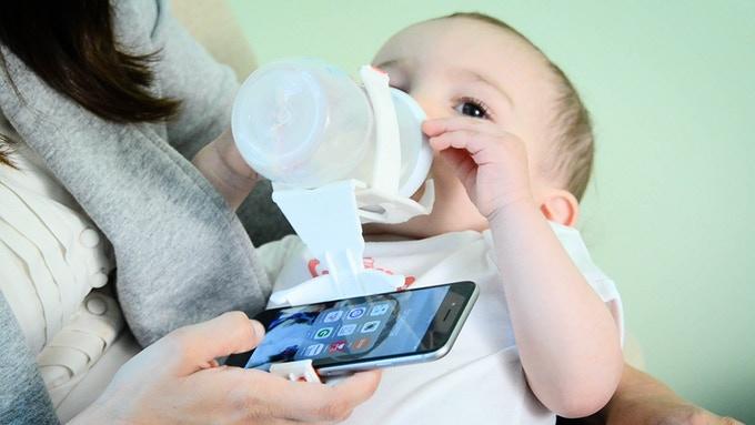 Swipe and Feed, la solución para mirar tu smartphone mientras das el biberón a tu hijo